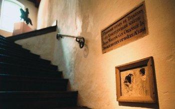 Kogelgaten in de muur van Museum het Prinsenhof