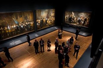 Zaaloverzicht met links de werken van Pickenoy en Backer