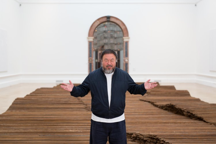 """Ai Wei Wei in de Royal Academy of Arts voor zijn werk """"Straight"""""""