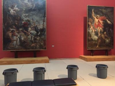 Tonnen voor lekkage in het museum